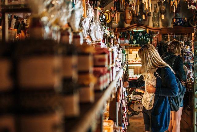 dívka v antikvariátu