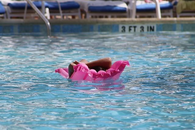 dívka na lehátku v bazénu