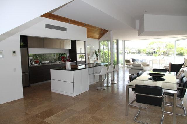 moderní bílo-hnědá kuchyň
