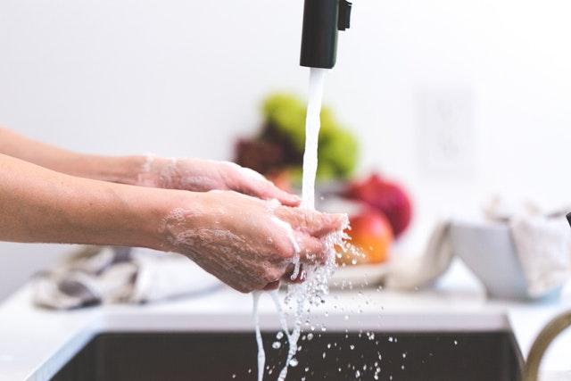 mytí rukou ve dřezu