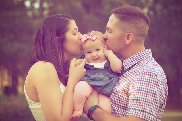 rodiče s miminkem